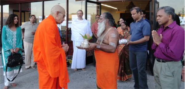 Swami Viditatmananda received at San Diego Shiva Vishnu temple
